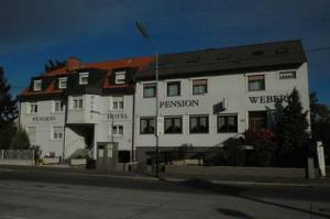Hotels accommodation near schloss sachsengang for Pension weber